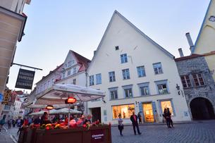 カラフルな建物の洒落たロゴ入りの店飾りなどが並ぶタリンの旧市街・旧市街は世界遺産の写真素材 [FYI03396134]