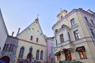 カラフルな建物の洒落たロゴ入りの店飾りなどが並ぶタリンの旧市街・旧市街は世界遺産の写真素材 [FYI03396135]