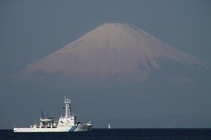 富士山と巡視船の写真素材 [FYI03396254]