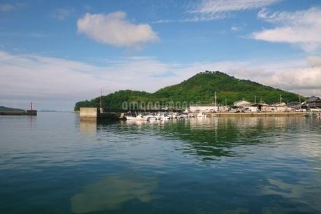 離島への連絡船が出る瀬戸内海の小さな港の写真素材 [FYI03396719]