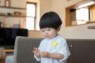 リビングルームで遊ぶ男の子の写真素材 [FYI03396812]