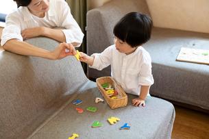 アルファベットの玩具で遊ぶ親子の写真素材 [FYI03396813]