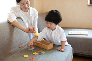 英語のおもちゃで遊ぶ子どもと母親の写真素材 [FYI03396815]