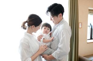 リビングルームでくつろぐ家族の写真素材 [FYI03396831]