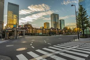 早朝の東京駅、丸の内の写真素材 [FYI03396843]