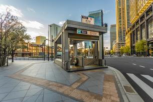 東京駅前、地下鉄入り口の写真素材 [FYI03396844]