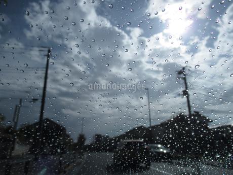 車内から見た雨上がりの道の写真素材 [FYI03396884]