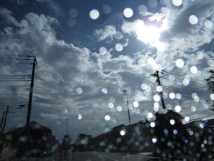 車内から見た雨上がりの道の写真素材 [FYI03396903]