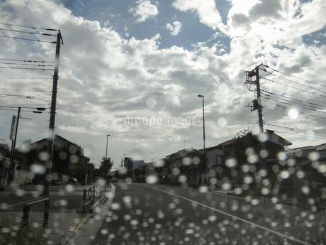 車内から見た雨上がりの道の写真素材 [FYI03396905]