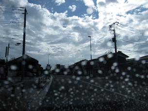 車内から見た雨上がりの道の写真素材 [FYI03396906]