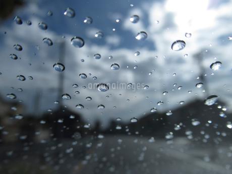車内から見た雨上がりの道の写真素材 [FYI03396907]