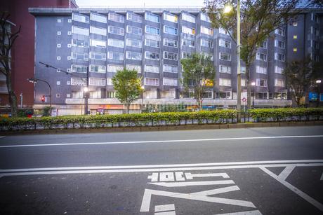 古いアパートと道の写真素材 [FYI03397037]