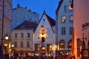 明かりのついた15世紀の歴史的建造物を利用した胡椒の布袋の吊るしたレストラン・旧市街は世界遺産の写真素材 [FYI03397065]