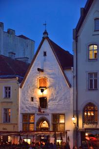 明かりのついた15世紀の歴史的建造物を利用した胡椒の布袋の吊るしたレストラン・旧市街は世界遺産の写真素材 [FYI03397066]