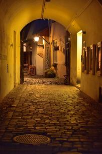 カタリーナの小路に続く通路の歩道脇に並ぶ店舗・旧市街は世界遺産の写真素材 [FYI03397071]