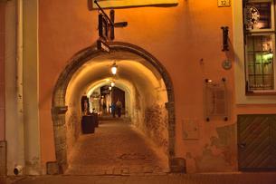 カタリーナの小路に続く通路の歩道脇に並ぶ店舗・旧市街は世界遺産の写真素材 [FYI03397072]