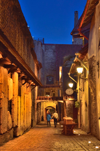 明かりのついたカタリーナの小路(左の壁には聖カタリーナ教会の14~15世紀に収められていた墓石が並べられている)・旧市街は世界遺産の写真素材 [FYI03397074]