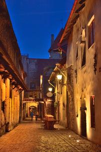 明かりのついたカタリーナの小路(左の壁には聖カタリーナ教会の14~15世紀に収められていた墓石が並べられている)・旧市街は世界遺産の写真素材 [FYI03397075]