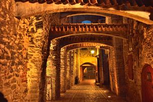 明かりのついたレンガの梁があるカタリーナの小路の両脇に並ぶ店舗・旧市街は世界遺産の写真素材 [FYI03397078]
