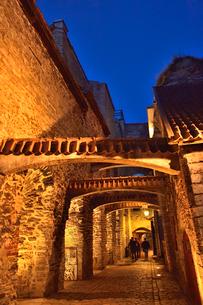 明かりのついたレンガの梁があるカタリーナの小路の両脇に並ぶ店舗・旧市街は世界遺産の写真素材 [FYI03397083]