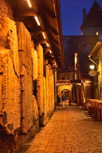 明かりのついたカタリーナの小路(左の壁には聖カタリーナ教会の14~15世紀に収められていた墓石が並べられている)・旧市街は世界遺産の写真素材 [FYI03397085]
