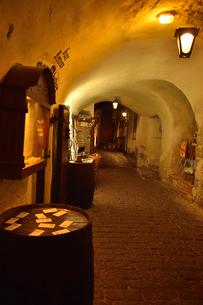 カタリーナの小路に続く通路脇にある店舗・旧市街は世界遺産の写真素材 [FYI03397088]