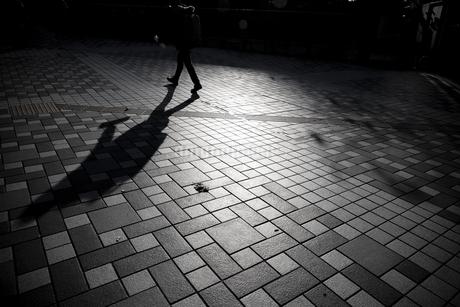 歩くシルエットの写真素材 [FYI03397125]