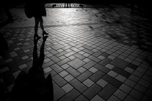 歩道を歩くシルエットの写真素材 [FYI03397126]