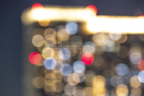 夜のマンションの写真素材 [FYI03397190]