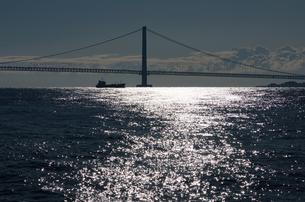 朝日に映える明石海峡大橋(明石港より)の写真素材 [FYI03397311]