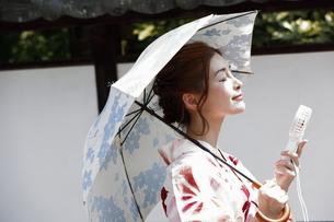 浴衣姿の日本女性の写真素材 [FYI03397499]