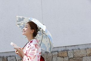 浴衣姿の日本女性の写真素材 [FYI03397505]