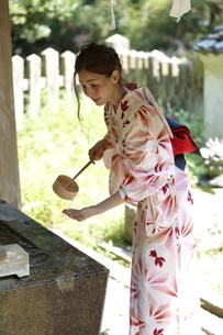 手を清める浴衣の女性の写真素材 [FYI03397512]