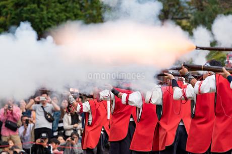 火縄銃の射撃の写真素材 [FYI03397538]