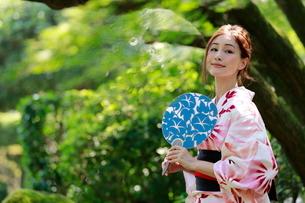 夏、浴衣姿の日本女性の写真素材 [FYI03397595]