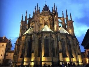 夕暮れ時のプラハ城の写真素材 [FYI03397613]