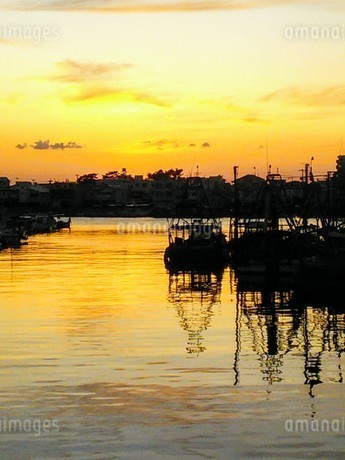 港町の夕暮れ・秋の写真素材 [FYI03397658]