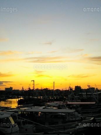 港町の夕暮れ・秋の写真素材 [FYI03397659]