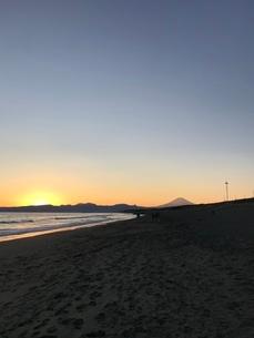 夕暮れ時の富士山と海3の写真素材 [FYI03397736]