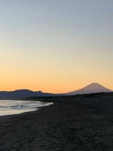 夕暮れ時の富士山と海の写真素材 [FYI03397740]