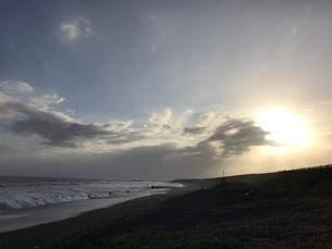 夕暮れ時の海の写真素材 [FYI03397747]