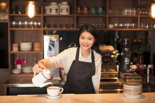 コーヒーを淹れる若い女性の写真素材 [FYI03397879]