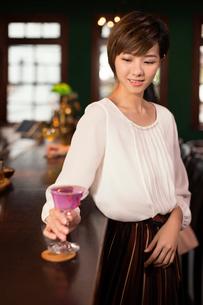 カクテルを飲む若い女性の写真素材 [FYI03397953]