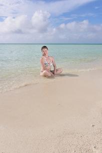 宮古島/夏のリゾートビーチの女性の写真素材 [FYI03398242]