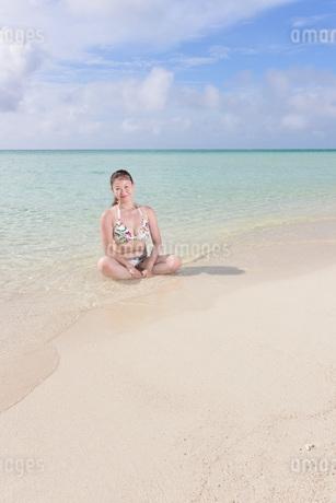 宮古島/夏のリゾートビーチの女性の写真素材 [FYI03398243]
