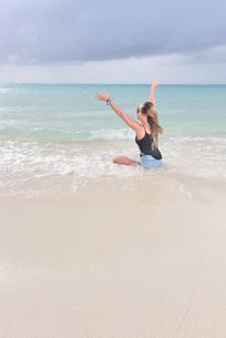 宮古島/夏のリゾートビーチの女性の写真素材 [FYI03398245]