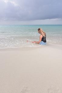 宮古島/夏のリゾートビーチの女性の写真素材 [FYI03398248]