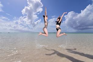 宮古島/夏のリゾートビーチの女性の写真素材 [FYI03398251]