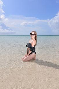宮古島/リゾートビーチの女性の写真素材 [FYI03398253]