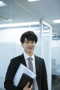 笑顔のビジネスマンの写真素材 [FYI03398344]